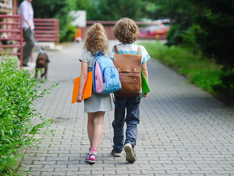 copii-mergand-la-scoala